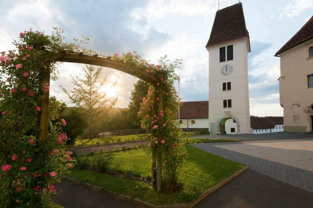 Hotel Schloss Seggau - Rosengarten und Uhrturm im Herbst